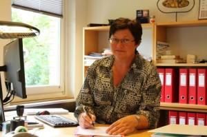 Lone Cleveland Andersen ved skrivebord - ressourceperson